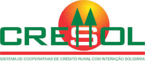 Logo da cooperativa Cresol: as letras que formam a palavra cresol em frente um círculo amarelo e vermelho como um sol poente. A frente dois pinheiros cortam a letra s formando um cifrão.
